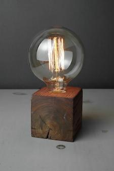 회색에 에디슨 램프와 레트로 나무 램프