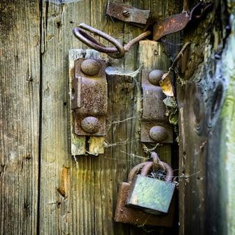 古いさびたロックとレトロな木製のドア