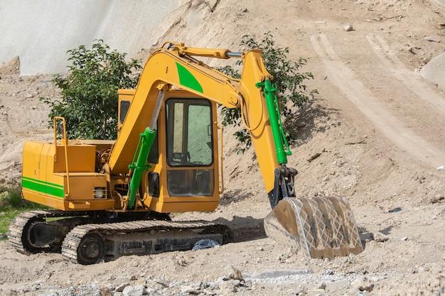 Retroexcavadora o maquinaria pesada para la construccion en una excavacion