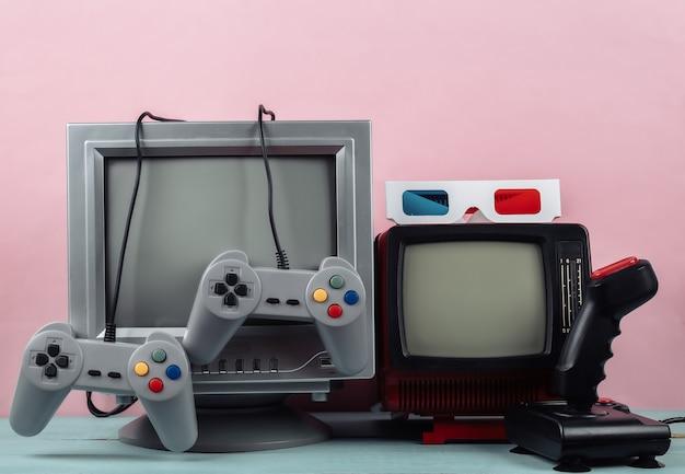 레트로 게임. 비디오 게임 경쟁. 조이스틱과 게임패드가 있는 오래된 tv, 분홍색 배경에 3d 안경. 속성 80년대