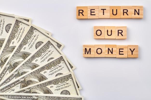 돈 개념을 반환하십시오. 흰색 바탕에 돈의 세로 샷된 무리입니다.