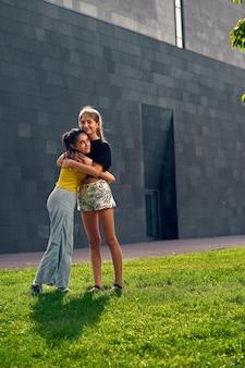学校でのパンデミック後の2人の10代の友人の再会