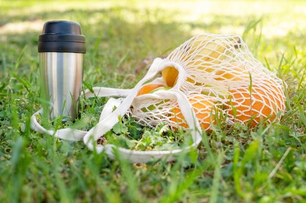 再利用可能なバッグと芝生のターモン