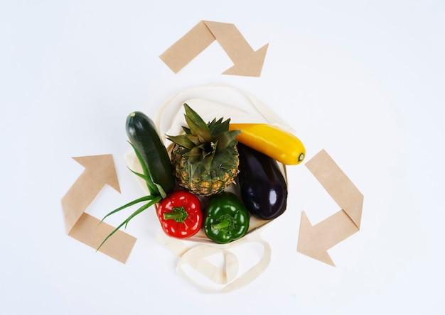 Sacchetto riutilizzabile di verdura e simbolo del riciclaggio