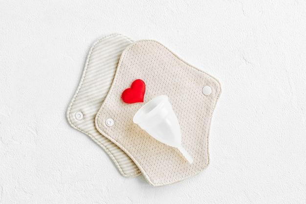 재사용 가능한 천 패드와 생리컵. 개인 위생을 위한 제로 폐기물 공급. 낭비 없는 생활.