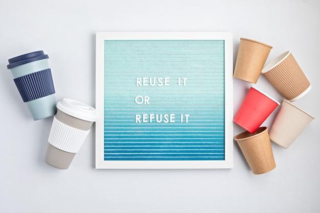 Многоразовая кофейная чашка и почтовый ящик с текстом, используйте его повторно или откажитесь от него
