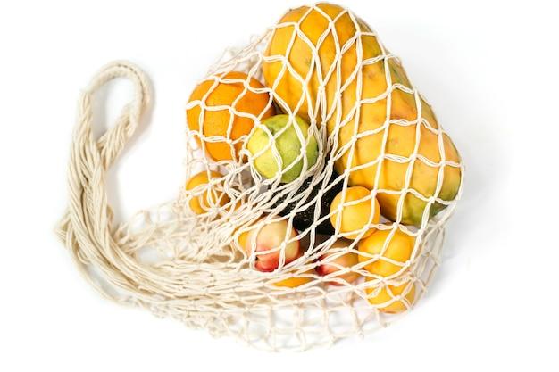 흰색 배경에 다른 건강 식품의 재사용 가능한 면 에코 백 제로 폐기물 개념 평면도