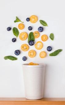 白い背景の上の再利用可能なカップ