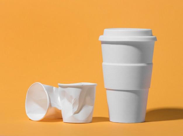 플라스틱 컵이있는 재사용 가능한 컵
