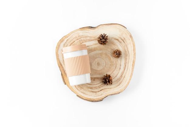Многоразовая экологически чистая бамбуковая чашка на вынос и деревянное сечение на белом