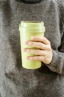 재사용 가능한 친환경 대나무 컵 커피를 빼앗아 여자의 손에 가까이