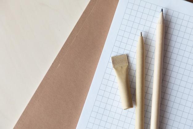 노트북에 재사용 가능한 친환경 공예 종이 펜과 연필. 볼펜 작성, 환경 보호, 생태학, 천연 재료, 재활용 개념