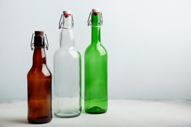 Многоразовые стеклянные бутылки на столе
