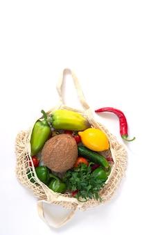 과일과 채소가 들어있는 식료품을위한 재사용 가능한 메쉬 백. 폐기물 제로 및 플라스틱 쇼핑 개념 없음