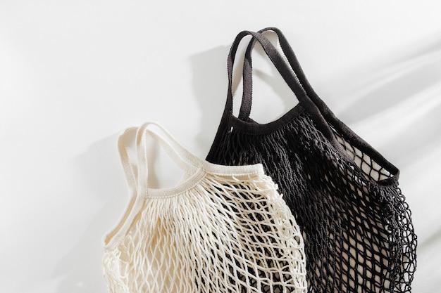 흰색 바탕에 재사용 가능한 메쉬 가방입니다. 지속 가능한 라이프 스타일 개념입니다.