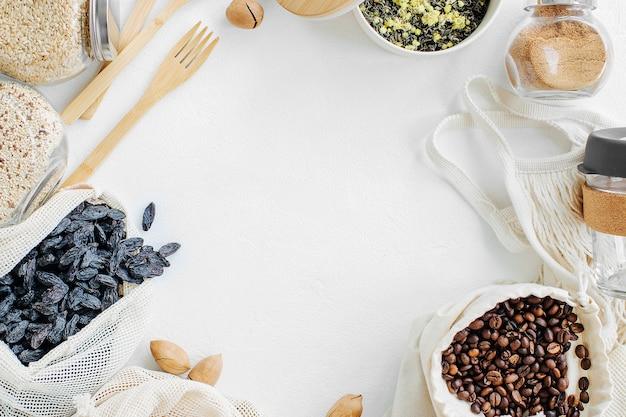 Многоразовая сетка позволяет производить мешки с орехами и сухофруктами. стеклянные банки с крупой. покупки продуктов с нулевыми отходами. безотходная жизнь