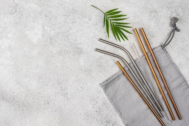 Многоразовые металлические соломинки и листья