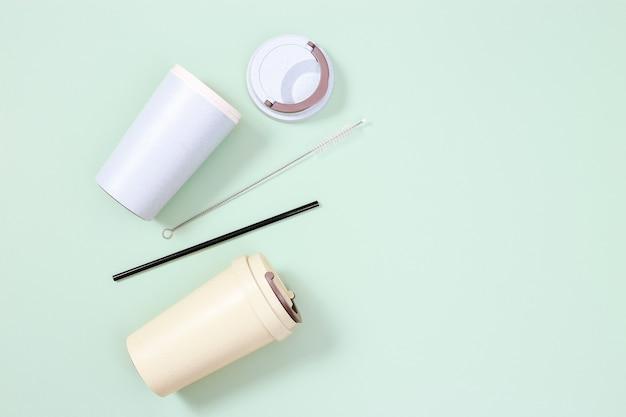재사용 가능한 플라스틱 무료 및 친환경 용품, 금속 마시는 빨대, 대나무 커피 컵, 제로 폐기물 개념.