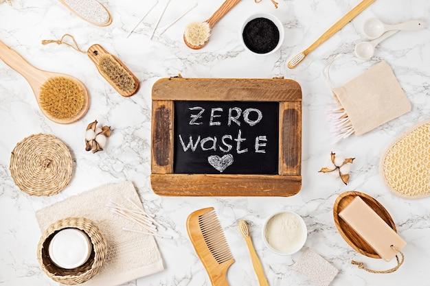 再利用可能なプラスチックフリーのバスルーム製品。持続可能な、環境にやさしい、廃棄物ゼロの個人衛生コンセプト。上面図、フラットレイ