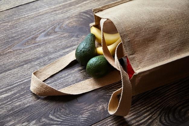 新鮮な果物が入った再利用可能なショッピングバッグ