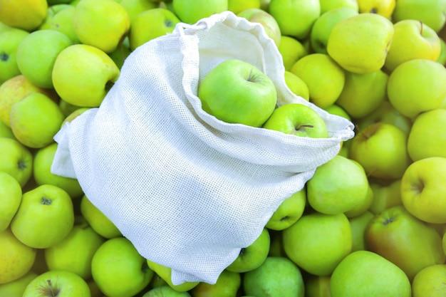 과일과 함께 재사용 가능한 쇼핑백. 제로 폐기물. 생태 및 환경 친화적 인 패킷. 캔버스와 린넨 원단. 자연 개념을 저장합니다. 슈퍼마켓에서 일회용 플라스틱 사용 금지.