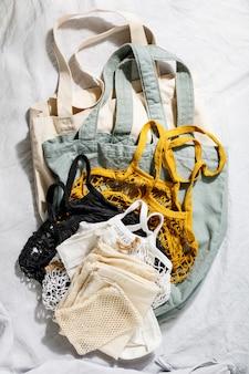 Многоразовые сумки на деревянных фоне. ноль отходов концепции.