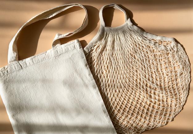 再利用可能なショッピングバッグ。白いエコバッグモックアップ