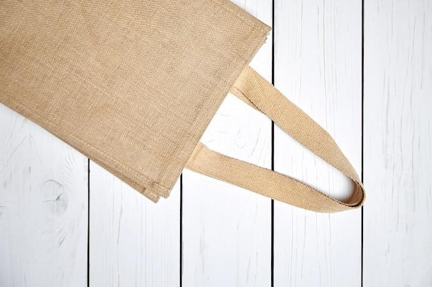 木製のテーブルに再利用可能なショッピングジュートバッグ