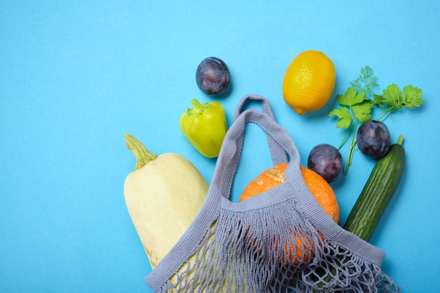 신선한 농산물이 담긴 재사용 가능한 쇼핑 그물 가방