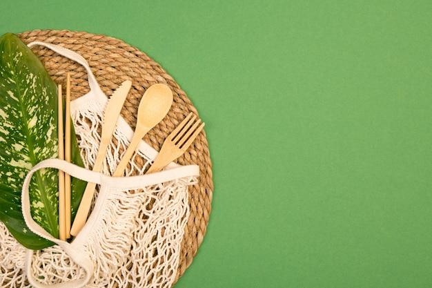 Многоразовые деревянные столовые приборы и пакет для продуктов.