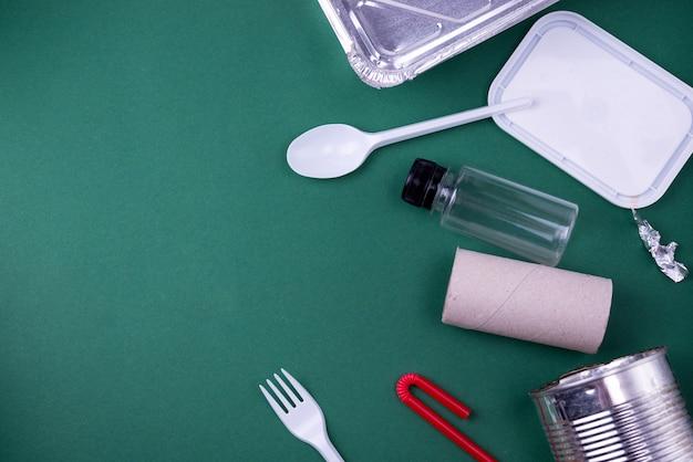 プラスチック、紙、ポリエチレンの廃棄物を使用して、フラットレイアウトのコンセプトを再利用します。コピースペースを持つテンプレート画像。