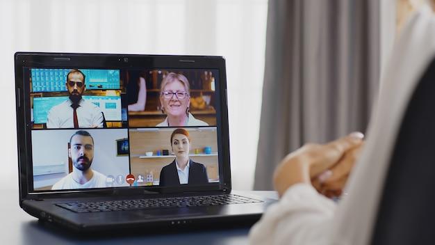 Выявление снимка деловой женщины во время видеозвонка в домашнем офисе с помощью планшетного компьютера.