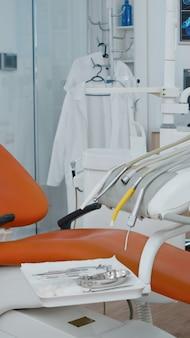 Разоблачающий снимок пустого кабинета стоматологической ортодонтической больницы, в котором никого нет
