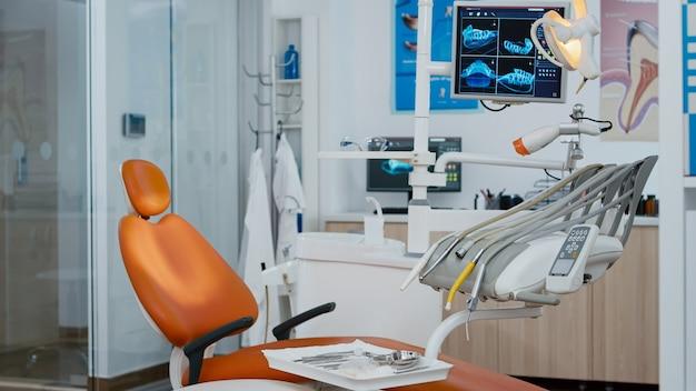 誰もいない状態での口腔病学者の椅子のショットを明らかにする