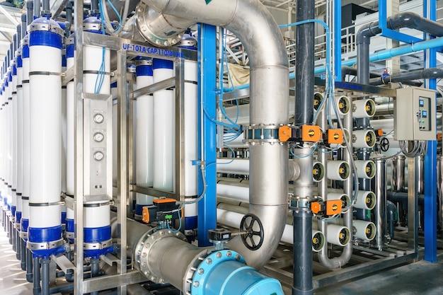 식수 공장의 역 삼투압 시스템.