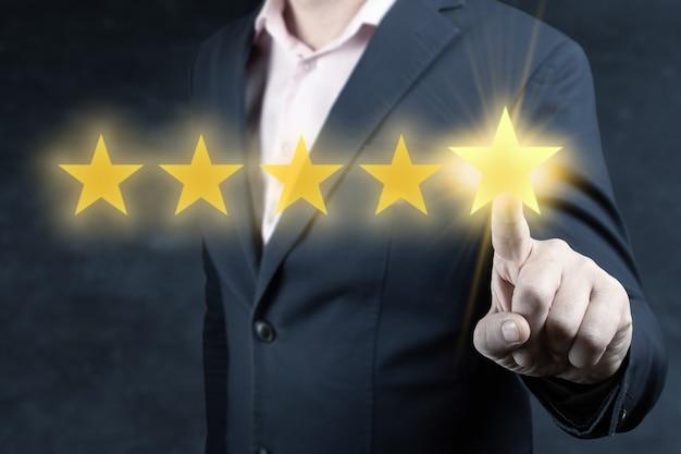 검토 및 평가 증가 회사 개념, 사업가 손 5 성급 감동. 평가 및 분류 개념. 사업가는 회사의 등급을 높이기 위해 5 개의 금색 별을 클릭합니다.