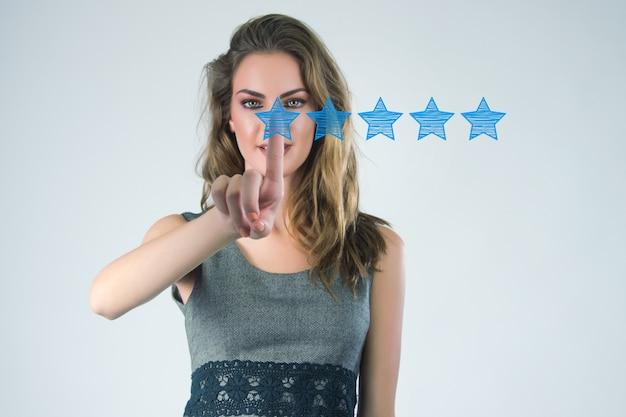 Просмотрите, повысьте рейтинг или рейтинг, оцените и классифицируйте концепцию. бизнесмен нарисовал пять желтых звезд, чтобы повысить рейтинг своей компании
