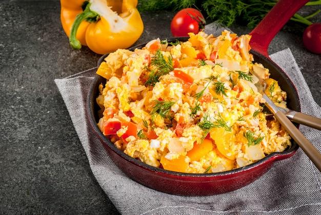 Revoltillo de huevos scrambled eggs a la dominicanaポーションフライパンダークストーンテーブル