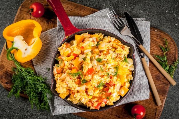 Revoltillo de huevos scrambled eggs a la dominicanaポーションスキレット