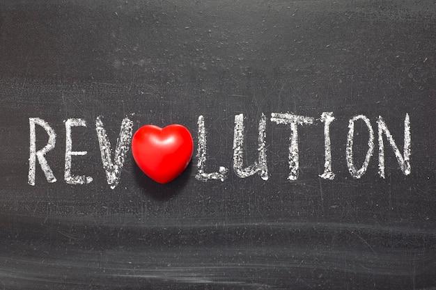 Oの代わりにハート記号で黒板に手書きされた革命の言葉