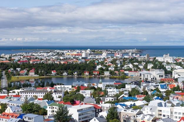 カラフルな家のレイキャビク市の鳥瞰図。