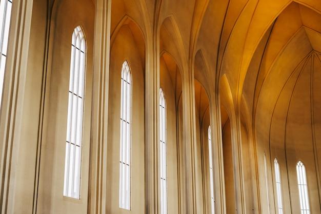 Рейкьявик исландия май интерьер внутри церкви хадлгримскиркья лютеранская церковь
