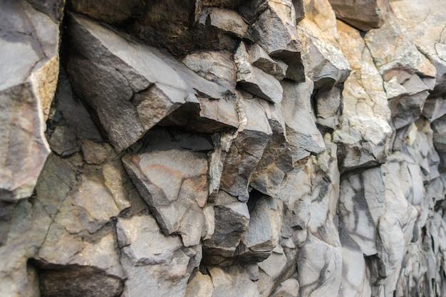 アイスランドのreynisdrangarビーチの近くにある灰色の玄武岩の柱。