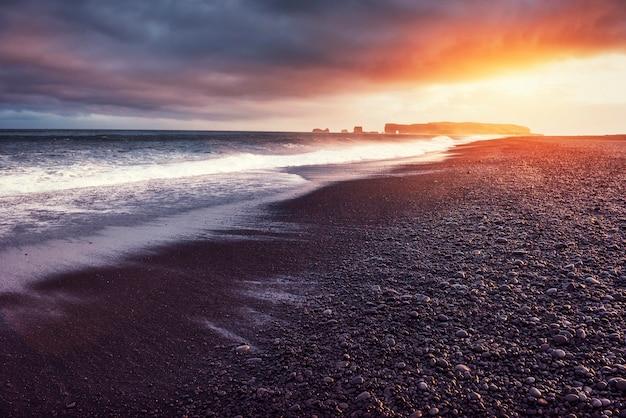 Рейнисфьяра черный песчаный пляж в исландии