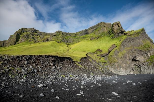 Рейнисфьяра черный песчаный пляж в вик, исландия