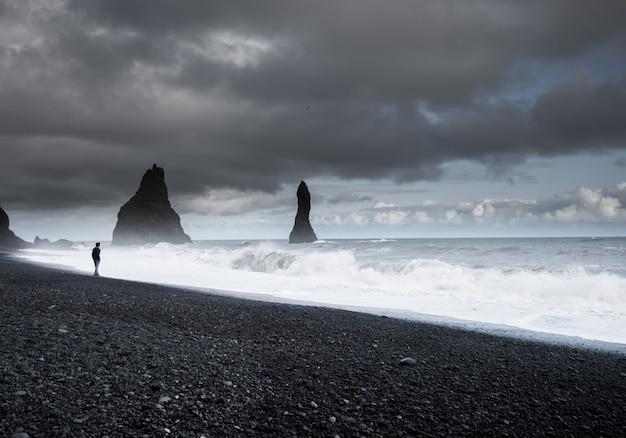 Рейнисфьяра черный песчаный пляж в vik, исландия