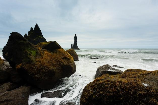 Вид на пляж с лавой рейнисфьяра, пейзаж южной исландии