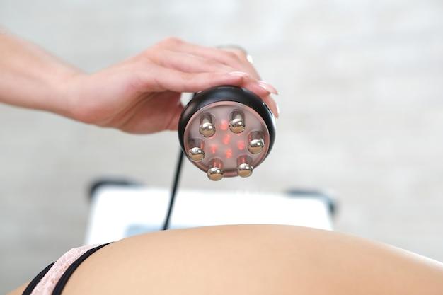 ビューティーパーラーでの女性の脚、臀部、背中、腰のrfリフティング手順。太りすぎやたるんだ肌の治療。