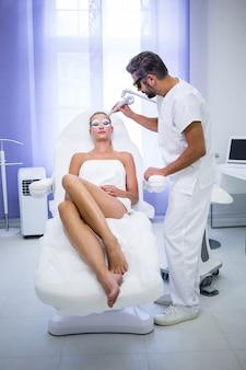 Пациентка получает процедуру rf-лифтинга