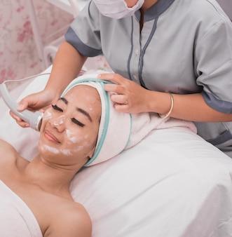 Rf肌引き締め機による顔の治療